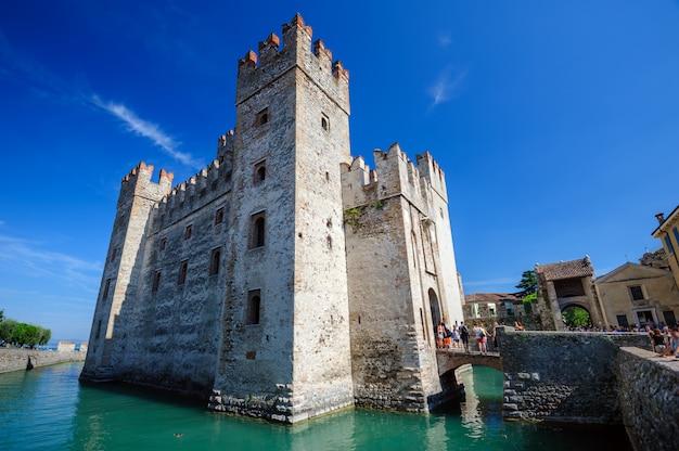 Средневековый замок скалигер в старом городе сирмионе на озере лаго ди гарда, север италии