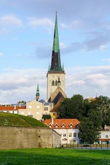 집 지붕 밖으로 튀어나와 중세 대성당 교회.