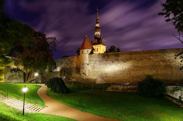 탈린 에스토니아(tallinn estonia)의 중세 도시 성벽은 밤에 구름이 날아가고 있습니다.