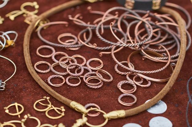 手作りの中世の銅ジュエリー