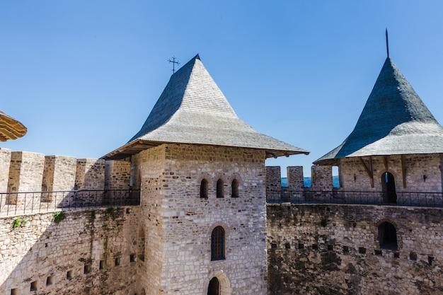 Деталь средневекового форта над голубым небом в сороках в молдове