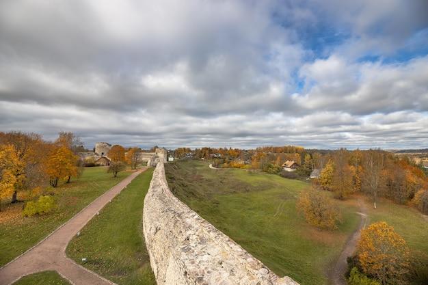 이즈 보르 스크의 중세 요새와 가을에는 주변 지역의 아름다운 파노라마가 펼쳐집니다. 러시아 프 스코프 지역