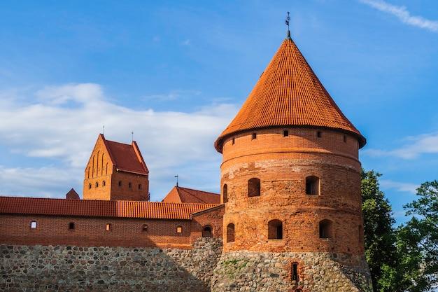 Galve 호수에 위치한 trakai의 중세 고딕 섬 성. 리투아니아.