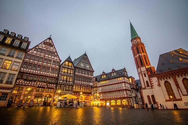 ドイツのフランクフルトの旧市街広場で中世の歴史的建造物