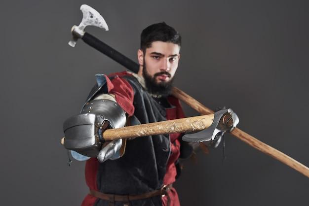 Cavaliere medievale su grigio