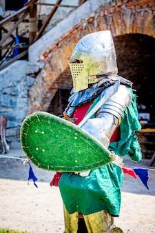 Средневековый рыцарь в боевой броне перед боем