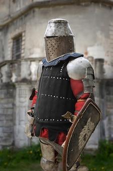 Средневековый рыцарь в доспехах