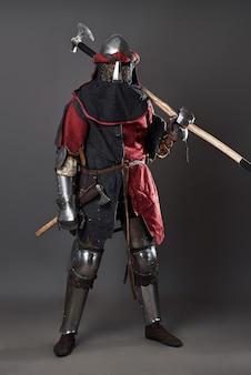 灰色の中世の騎士。チェーンメールの鎧の赤と黒の服と戦いのwithを持つ残忍な汚い顔の戦士の肖像画