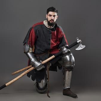 Средневековый рыцарь на сером