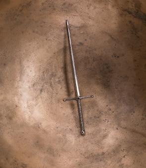 黒の背景に中世の騎士の剣