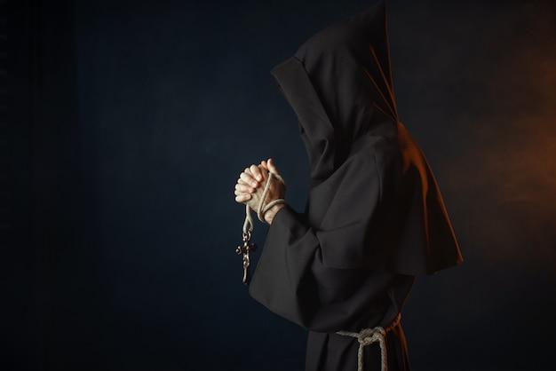 Средневековый монах молится с закрытыми глазами