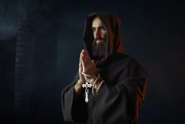 目を閉じて祈る中世の僧侶