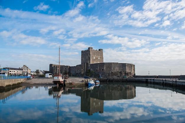 中世のノーマン城とベルファスト近くのキャリクファーガスの港