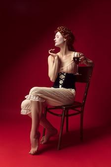 Средневековая рыжая молодая женщина как герцогиня в черном корсете