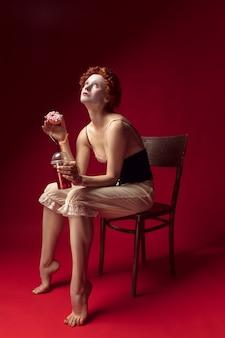 검은 코르셋 공작 부인으로 중세 빨간 머리 젊은 여자