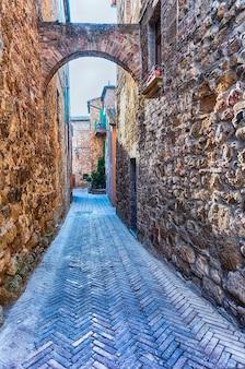 Средневековые живописные улицы в городе пиенца, провинция сиена, тоскана, италия