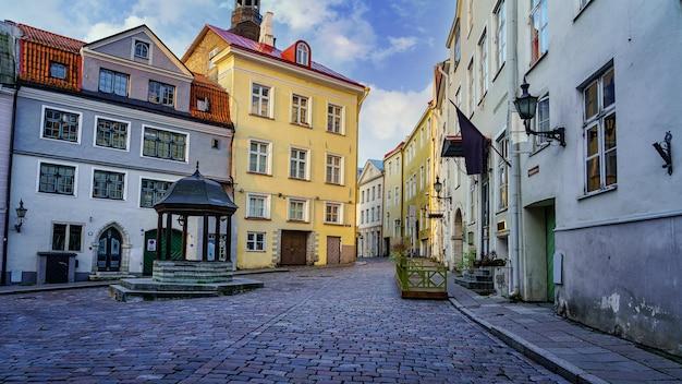오래된 색깔의 집들이 있는 일출의 중세 광장. 탈린 에스토니아.