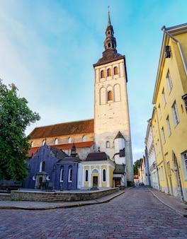 탈린 에스토니아 시에 있는 높은 탑이 있는 중세 성 올라프 교회.