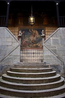 Средневековая лестница в итальянском замке, недалеко от турина, на севере италии