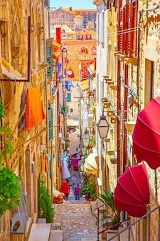 여름, 크로아티아 두브로브니크 구시가지의 중세 거리 프리미엄 사진