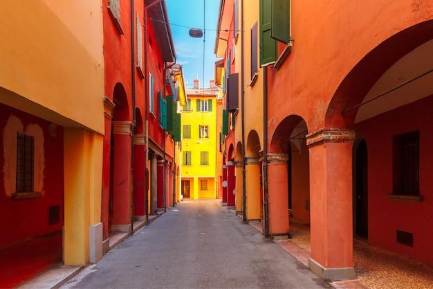 イタリア、ボローニャの中世の通りの柱廊
