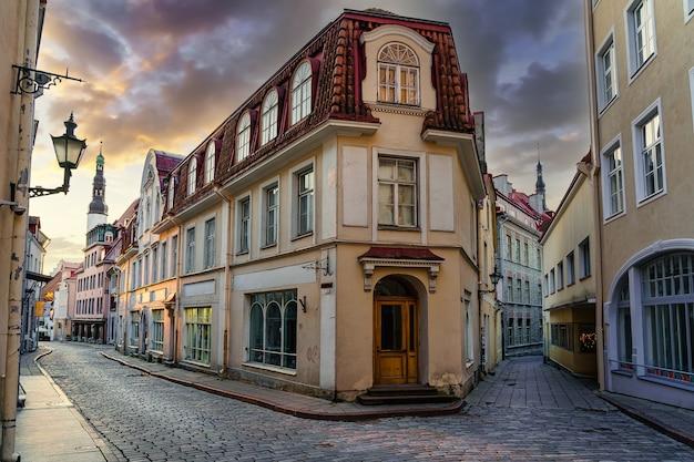 에스토니아 탈린 시의 일몰에 오래된 건물이 있는 중세 거리.