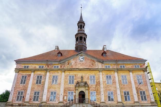 エストニアのナルバ市の中世の市庁舎。