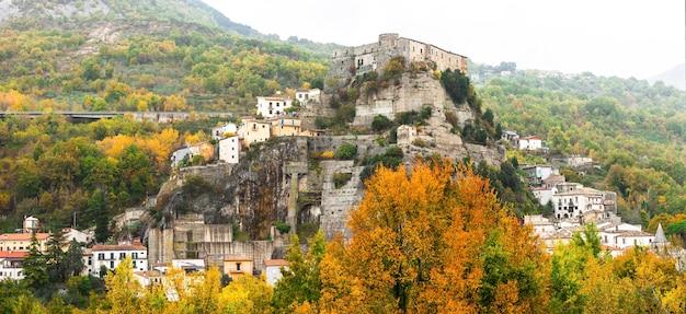 Средневековая деревня серро-аль-вольтурно (кастелло пандоне) в молизе, италия