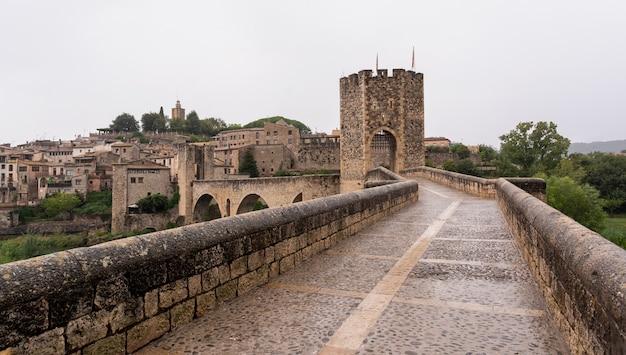 Средневековая деревня под дождем
