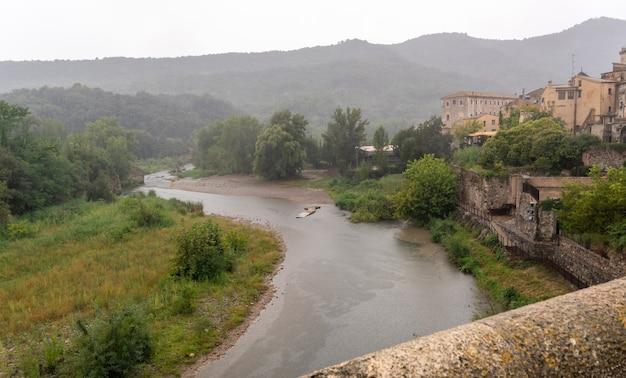 雨の中世の村