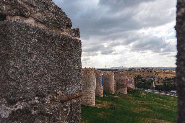 아빌라 시의 중세 성벽 지역입니다. 벽 꼭대기에서 본 모습.