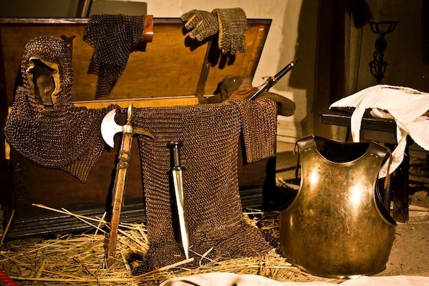 Средневековое оружие в итальянском замке недалеко от турина, север италии