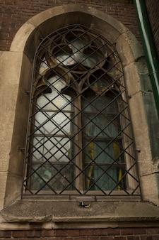 Средневековое окно на фасаде собора во львове. украина