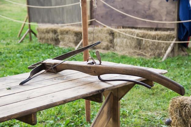 中世の木製クロスボウ、中世の武器-クリッピングパスで隔離されています。