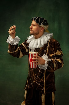 昔ながらの衣装を着た中世の青年 無料写真