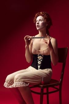 Средневековая молодая женщина в роли герцогини