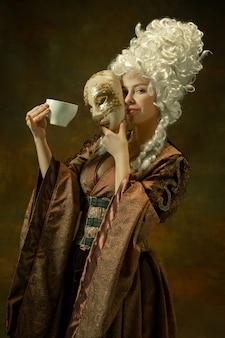 구식 의상에서 중세 젊은 여자