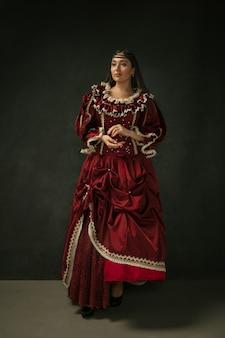 Средневековая молодая женщина в старомодном костюме