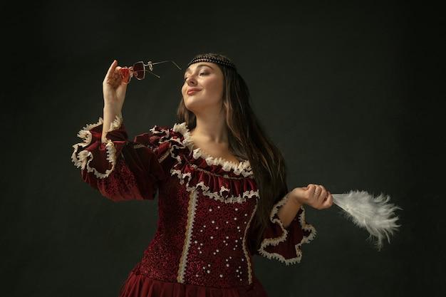 昔ながらの衣装を着た中世の若い女性 無料写真