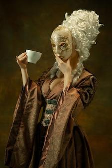 Giovane donna medievale in costume vecchio stile