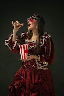 Giovane donna medievale in costume antiquato Foto Gratuite