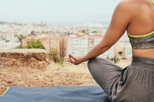 Donna meditando e copia spazio