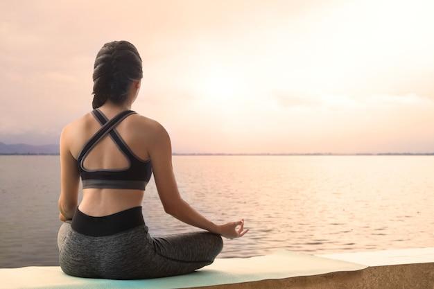 Медитация женщина практикует йогу расслабиться в природе