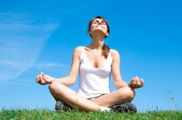 Медитация на лугу над голубым небом