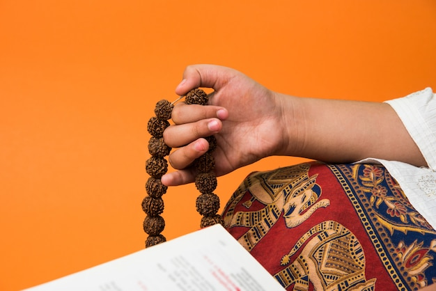 ルドラクシャマラまたはロザリオビーズによる瞑想