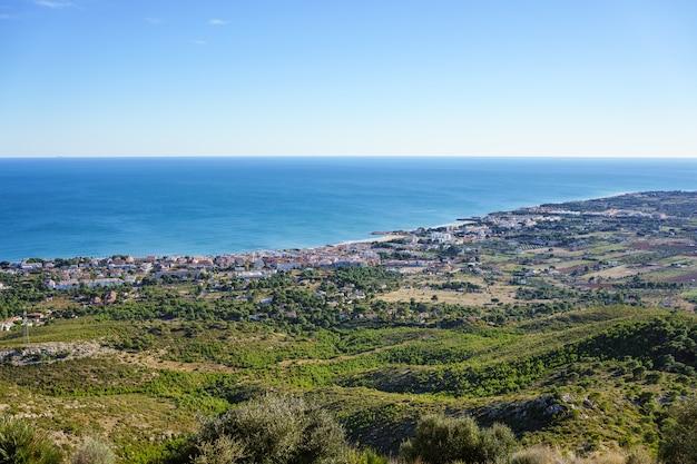 Побережье средиземного моря в испании, тихий район с множеством зелени и спокойным морем