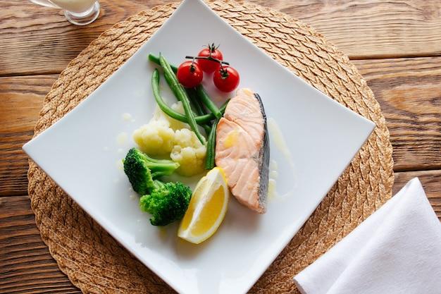 지중해 요리. 야채와 연어 스테이크.
