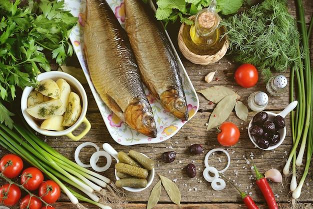 地中海料理-ニシンのスモーク、ゆでたジャガイモ、ドライオリーブ、ネギ、キュウリのピクルス。素朴なスタイル。