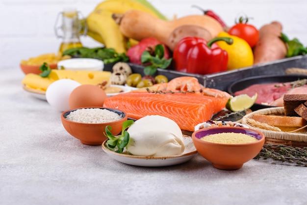 Средиземноморская диета здоровое сбалансированное питание Premium Фотографии