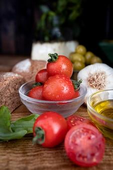 Средиземноморская диета, помидоры, чеснок, базилик, оливки, цельнозерновой хлеб, вяленый сыр и холодный отжим